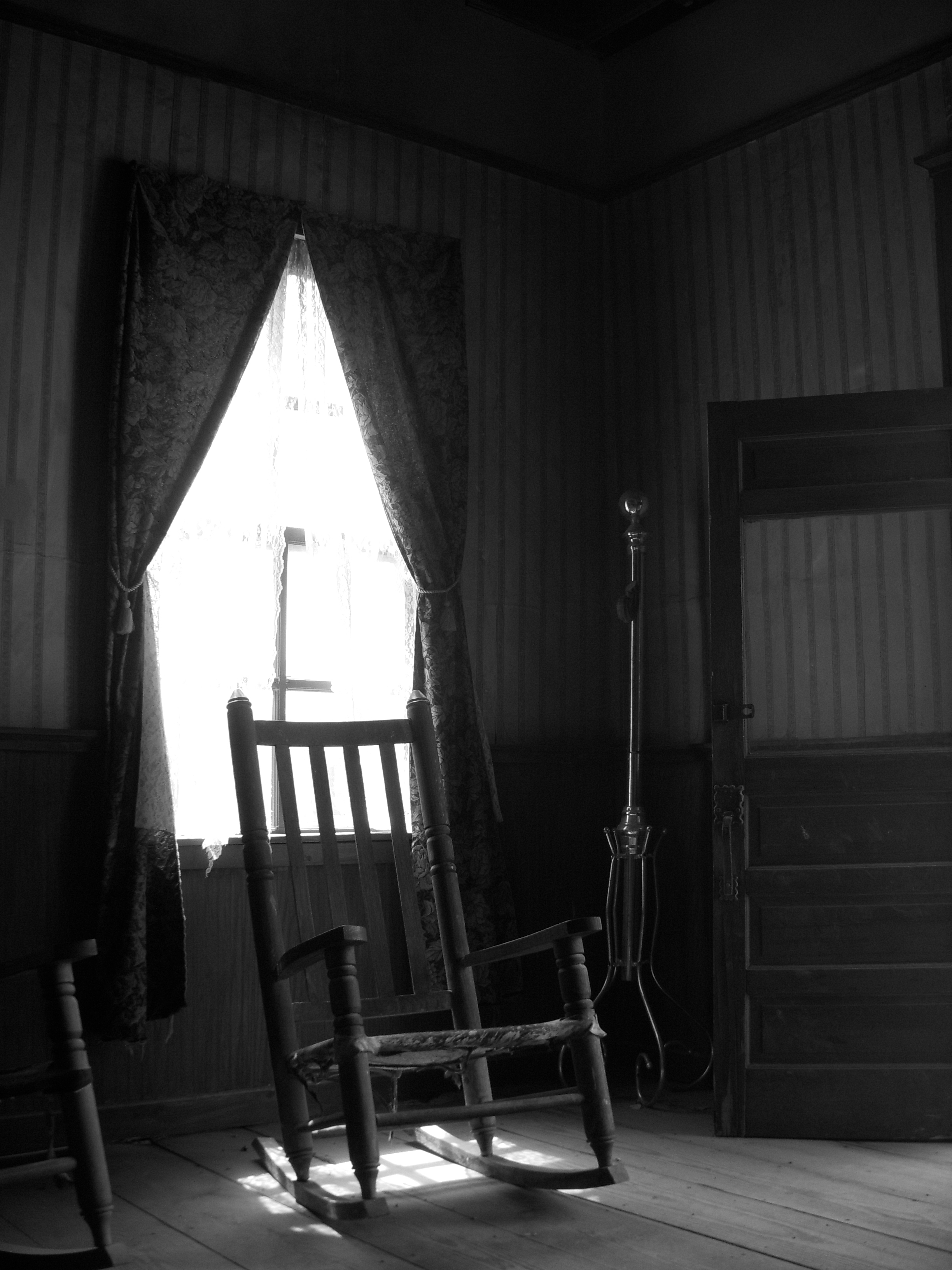 Black and white chair photography - An Old Worn Rocking Chair In Brackettville Tx Where John Wayne S The Alamo